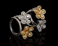 Chiuda su di bello Diamond Ring, con i molti pietra preziosa preziosa differente immagini stock libere da diritti