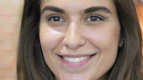 Chiuda su di bello fronte femminile adorabile sorridente Immagini Stock Libere da Diritti