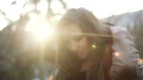 Chiuda su di bello ritratto della giovane donna, all'aperto stock footage