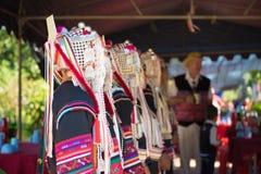 Chiuda su di bello vestito asiatico dalla tribù di signora Akha in Chiang Rai fotografia stock libera da diritti