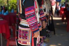 Chiuda su di bello vestito asiatico dalla tribù di signora Akha in Chiang Rai fotografia stock