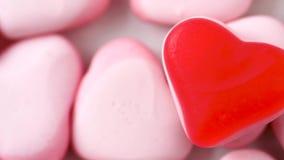 Chiuda su di caramelle a forma di cuore rosa video d archivio