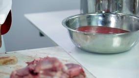 Chiuda su di carne di tacchino pulita in acqua stock footage