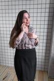 Chiuda su di cattive notizie colpite di udito della donna sopra il telefono, femmina spaventata stupita dal messaggio negativo ha fotografia stock