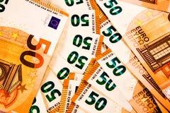 Chiuda su di cinquanta 50 euro note si mescolano immagini stock