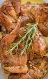 Chiuda su di coniglio arrostito tradizionale con i rosmarini Ricetta Mediterranea Immagine Stock Libera da Diritti