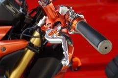 Chiuda su di corsa della leva del manubrio e di frizione del motociclo immagine stock libera da diritti
