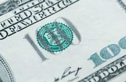 Chiuda su di 100 dollari di fattura nella valuta degli Stati Uniti Fotografia Stock