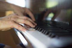 Chiuda su di due mani che giocano il piano Fotografia Stock Libera da Diritti