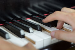 Chiuda su di due mani che giocano il piano Fotografia Stock
