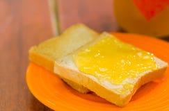 Chiuda su di due pani tostati in un piatto del organge, pani tostati con formaggio cremoso Fotografia Stock Libera da Diritti
