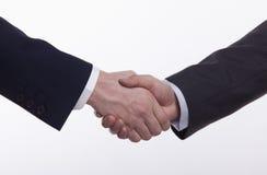 Chiuda su di due uomini d'affari che stringono le mani, colpo dello studio Fotografie Stock
