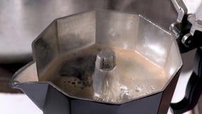 Chiuda su di ebollizione del caffè in una macchinetta del caffè archivi video