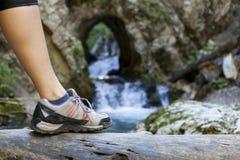 Chiuda su di escursione degli stivali nell'azione Fotografia Stock