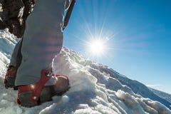 Chiuda su di escursione delle scarpe con i ramponi e la piccozza da ghiaccio Fotografia Stock Libera da Diritti