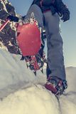 Chiuda su di escursione delle scarpe con i ramponi e la piccozza da ghiaccio Fotografie Stock Libere da Diritti