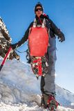 Chiuda su di escursione delle scarpe con i ramponi e la piccozza da ghiaccio Immagini Stock Libere da Diritti