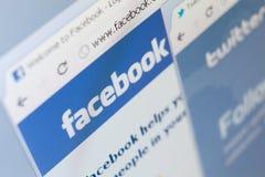 Chiuda su di facebook e cinguetti il colpo di schermo delle pagine Immagini Stock