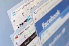 Chiuda su di facebook e dell'altro colpo di schermo delle pagine Fotografia Stock