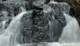 Chiuda su di flusso di corrente della cascata fotografia stock libera da diritti