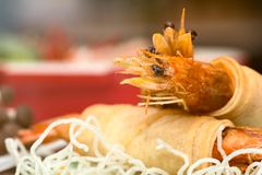 Chiuda su di Fried Shrimps si è avvolto e tagliatelle fritte croccanti con vario alimento come fondo Immagini Stock Libere da Diritti