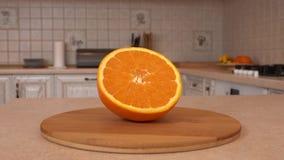 Chiuda su di frutta arancio affettata Metà dell'arancia Macchina fotografica girante con la cucina bianca sui precedenti Carrello video d archivio