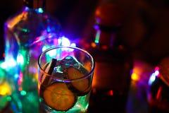 Chiuda su di Gin Tonic con il cetriolo ed i cubetti di ghiaccio fotografia stock libera da diritti