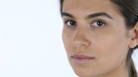 Chiuda su di giovane bello fronte della ragazza, fondo bianco in studio Immagine Stock Libera da Diritti