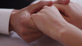 Chiuda su di giovane coppia che si siede ad una mano della tenuta della tavola sparata sulla macchina fotografica ROSSA del cinem archivi video