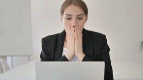Chiuda su di giovane donna di affari colpita Wondering sul lavoro stock footage