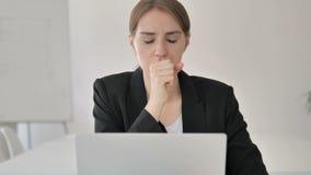 Chiuda su di giovane donna di affari malata Coughing sul lavoro stock footage