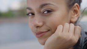 Chiuda su di giovane donna afroamericana che sorride ad una macchina fotografica video d archivio