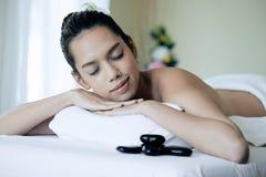 Chiuda su di giovane donna asiatica attraente che dorme durante ottenere la stazione termale immagini stock libere da diritti