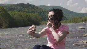 Chiuda su di giovane donna sorridente che fa i selfies divertenti Emozione positiva e giorno di estate soleggiato Cielo nuvoloso  archivi video