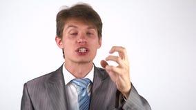 Chiuda su di giovane uomo adulto in pieno di furia, esaminando la macchina fotografica giura archivi video