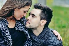 Chiuda su di giovani belle coppie nell'amore Fotografia Stock