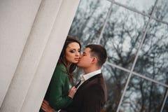 Chiuda su di giovani coppie attraenti romantiche felici che baciano e che abbracciano alla via immagini stock libere da diritti