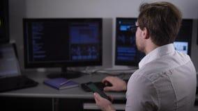 Chiuda su di giovani free lance vestite in camicia bianca e con smartwatch sulla sua mano che lavora al PC alla sua stanza a casa archivi video