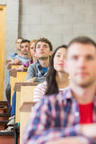 Chiuda su di giovani studenti che si siedono nell'aula Fotografie Stock Libere da Diritti
