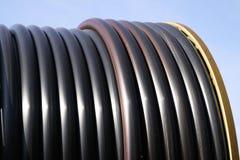 Chiuda su di grande carretto del tubo dell'impianto di irrigazione agricolo fotografia stock libera da diritti