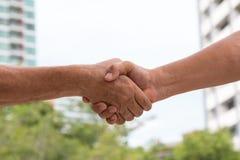 Chiuda su di handshake per accoglienza favorevole di accordo Fotografia Stock