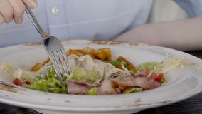 Chiuda su di insalata, che sta mangianda dalla giovane signora in ristorante, movimento lento video d archivio