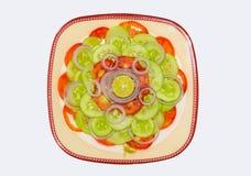 Chiuda su di insalata di verdure mista fresca isolata immagini stock