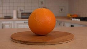 Chiuda su di intera frutta arancio Macchina fotografica girante con la cucina bianca sui precedenti Carrello preso video d archivio