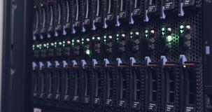 Chiuda su di luce intermittente in server di un centro dati archivi video