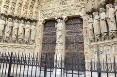 Chiuda su di materiale illustrativo e di sculture nel Notre Dame Cathedral, Parigi, Francia Fotografie Stock