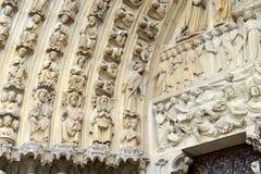 Chiuda su di materiale illustrativo e di sculture nel Notre Dame Cathedral, Parigi, Francia Fotografia Stock