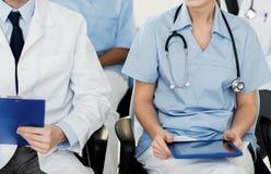 Chiuda su di medici felici al seminario o all'ospedale Fotografie Stock