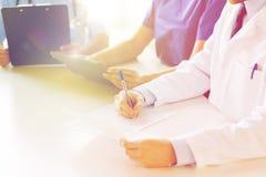 Chiuda su di medici felici al seminario o all'ospedale Immagini Stock