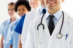 Chiuda su di medici felici con lo stetoscopio Immagini Stock